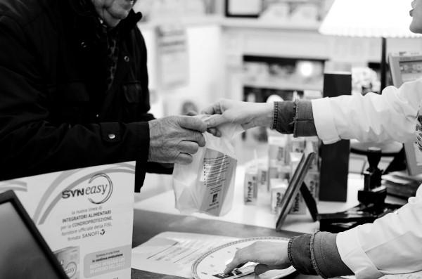 Bacchin Alberto - Il Farmaco dell'anima Ho notato che molte volte chi frequenta l'ambiente farmacia, a parte alcuni clienti occasionali, è una persona sola, anziana o comunque con un problema di qualche tipo. Una parola detta con dolcezza, un gesto di comprensione, uno sfogo ascoltato con attenzione possono significare molto in queste situazioni. Un sostegno, un barlume per le persone in difficoltà che non si può ridurre in pillole e vendere impacchettato. La farmacia un po' platonica che ho voluto ritrarre nel sacchetto che viene lasciato direttamente nella mano del cliente con un contatto diretto, non è quella che smercia i prodotti delle industrie, ma l'ambiente in cui si sviluppa questa forma di rapporto umano: la farmacia che diventa farmaco, farmaco dell'anima. Concorso fotografico LA FARMACIA IN UNO SCATTO FONDAZIONE CRIMI Secondo Premio